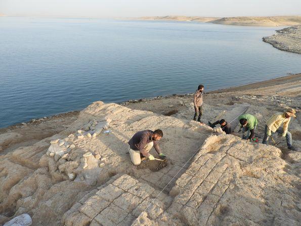 「モスル・ダム沿岸壁画が発見された部屋の調査写真」