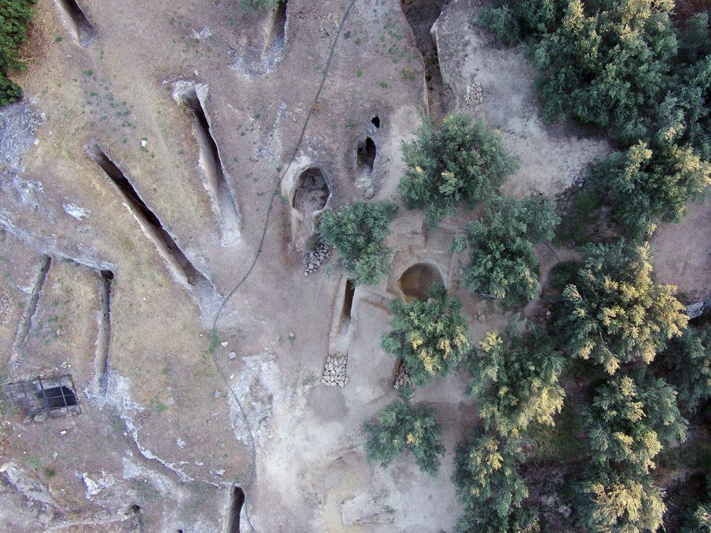発見されたアイドニア墓地の新たな二つの墓の空撮写真