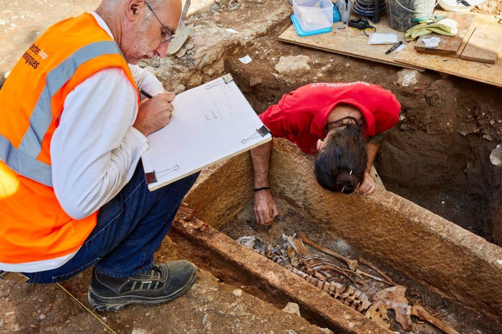メロヴィング朝時代の石棺と人骨 © Département du Lot