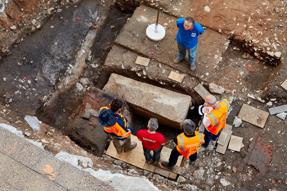 メロヴィング朝時代の石棺と人骨© Département du Lot